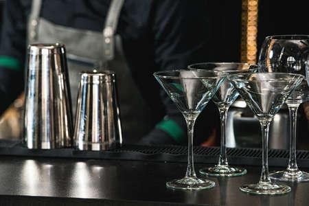 Gläser für Margarita, Martini, Grog und Likör an einer Bar im Restaurant, vor dem Hintergrund der Bar-Bar-Wand. Standard-Bild