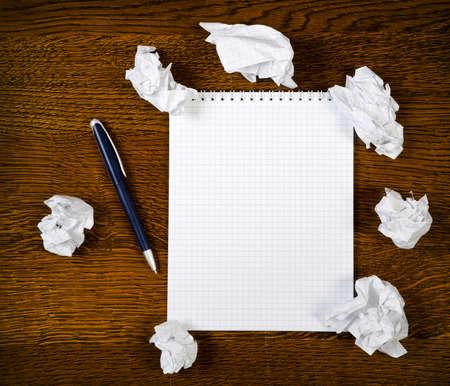 Blank notepad with ink pen on wooden desk Standard-Bild
