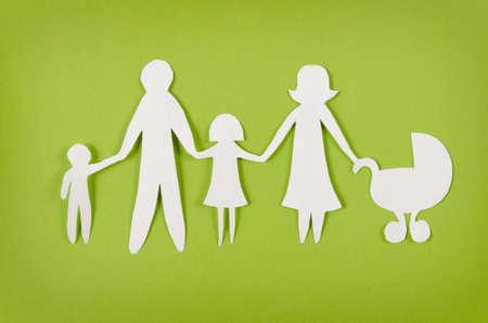 proteccion: Primer plano de la familia feliz de papel sobre fondo verde