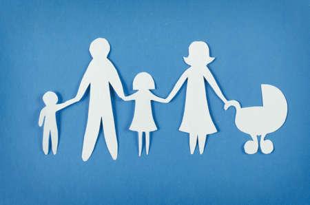 familia unida: Primer plano de la familia feliz de papel sobre fondo azul