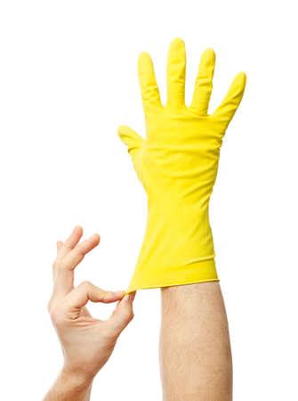 Guante de látex para limpiar en la mano aisladas sobre fondo blanco