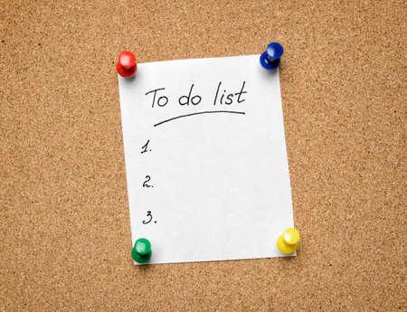 productividad: Una lista de tareas clavado en un tabl�n de corcho como una ayuda a la eficiencia y la productividad Foto de archivo