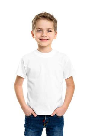 흰색 배경에 고립 된 귀여운 소년, 흰색 T-셔츠