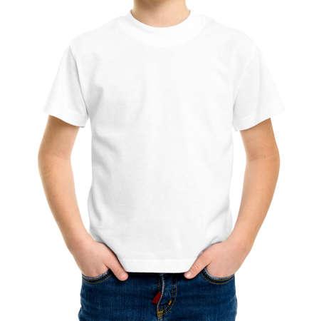 T-shirt blanc sur un mignon petit garçon, isolé sur fond blanc