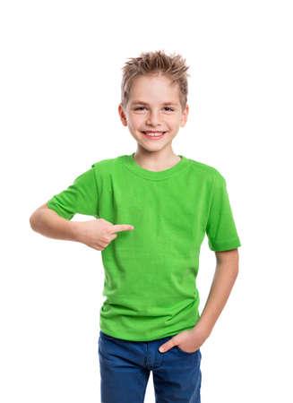 junge: T-Shirt auf jungen Mann vor und hinter isoliert auf weißem Hintergrund