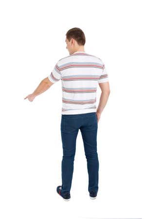 personas de pie: Volver la vista de señalar los hombres jóvenes. Vista posterior recogida de las personas. trasero vista de la persona. Aislado sobre fondo blanco.