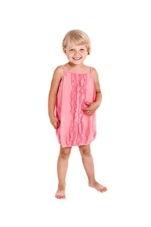 niñas pequeñas: Muchacha bonita que presenta para la cámara, en un vestido corto de color rosa aisladas sobre fondo blanco