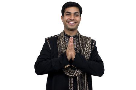 namaste: Indio en ropas tradicionales en la actitud del namaste (2) con la trayectoria del truncamiento Foto de archivo