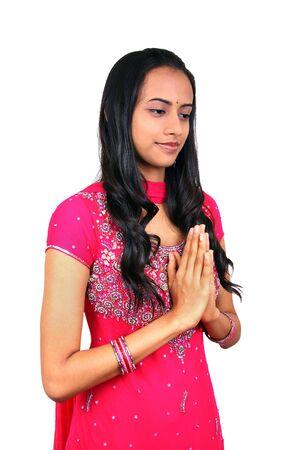 namaste: Una bella chica joven indio en Namaste plantean. Foto de archivo