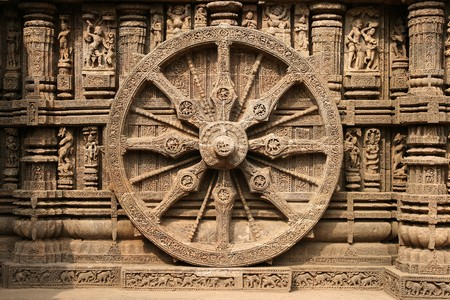 Intricate carvings on a stone wheel in the ancient Surya Hindu Temple at Konark, Orissa, India. 13th Century AD 版權商用圖片