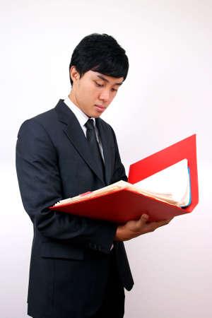 doctoral: Giovane uomo d'affari asiatici vedendo un file.