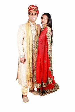 sari: Pareja India en desgaste tradicional. Aislado en un fondo blanco.