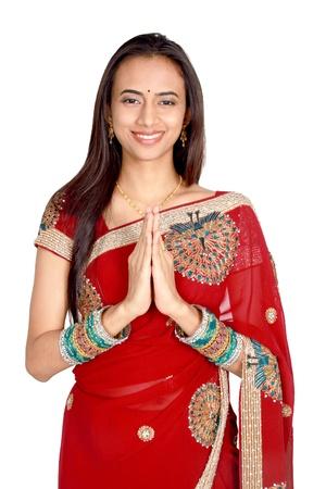 indianin: Młoda dziewczyna indyjskich w tradycyjną odzież. Samodzielnie na białym tle.