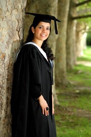 toga y birrete: Un retrato de una chica joven en una bata de graduaci�n.