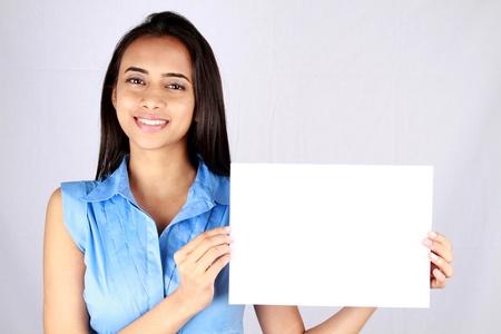 fille indienne: Jeune femme d'affaires la tenue vide tableau blanc.