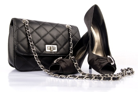 tienda zapatos: Black mujeres zapatos de tacón alto y una bolsa en el fondo blanco.
