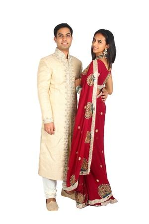 sari: Pareja india en la ropa tradicional aislado en un fondo blanco
