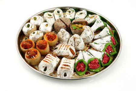 Indiska sötsaker mithai isolerade på vit bakgrund