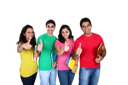 hogescholen: Groep vrienden lachend met duim omhoog aangeeft succes, geïsoleerd op een witte achtergrond Stockfoto