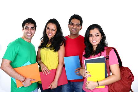 estudiantes: Grupo de amigos sonriendo, aislado en fondo blanco
