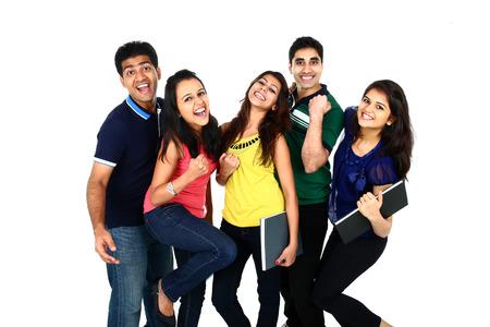 estudiantes universitarios: Retrato sonriente feliz de joven grupo indio  asiático de la gente mirando a cámara, sonriendo y celebrando. Aislado en el fondo blanco. Foto de archivo