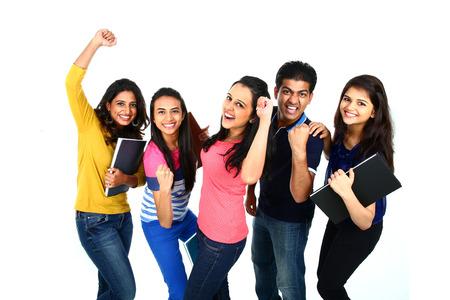 fille indienne: Bonne portrait souriant de jeune groupe indien  asiatique de personnes regardant la cam�ra, souriant et c�l�brer. Isol� sur fond blanc. Banque d'images