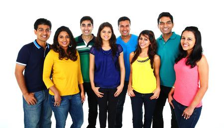 Velká skupina asijských přátel slaví úspěch na bílém pozadí.