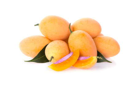 Marian Plum or Plum Mango is a bunch on a white background, sweet marian plum thai fruit isolated on white background 免版税图像 - 148685727