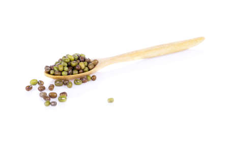 Green beans in a wooden spoon White background 免版税图像 - 148686939