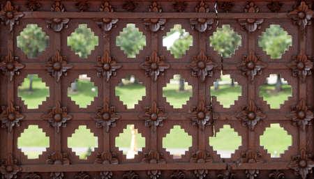 orificio nasal: espiráculo en la pared de madera Foto de archivo