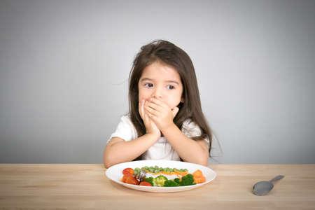 plato del buen comer: los niños no quieren comer verduras Foto de archivo