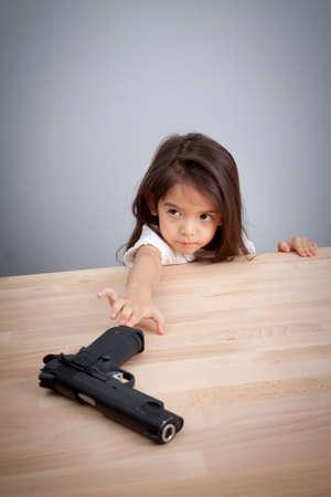 부모는 총기를 안전한 장소에 두지 말고 아이들은 사고로 총을 가질 수 있습니다. 안전 개념