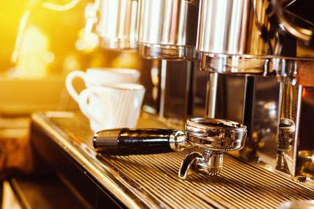 Koffiezetapparaat. koffiemachine die verse koffie in witte koffiekoppen voorbereiden bij restaurant, bar of koffiewinkel. warm lichteffect Stockfoto - 89616203