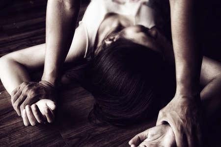 El hombre está usando la fuerza para coaccionar y violar a la mujer. Campaña para detener la violencia contra las mujeres. Foto de archivo