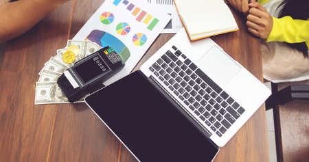 concetto di contabilità. uomini d'affari che lavorano con il lavoro di ufficio. taccuino del computer e contanti sul tavolo sul posto di lavoro dell'ufficio