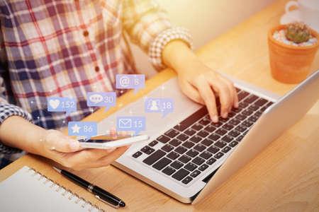 personas que usan teléfonos inteligentes para interacciones en redes sociales con íconos de notificación de un amigo en la red social con me gusta, mensaje, correo electrónico, mención y estrella sobre la pantalla del teléfono inteligente. mercadeo por Internet