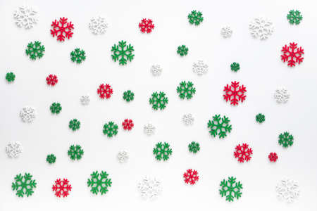 snowflakes pattern background. white, red and green snowflake isolated on white for Christmas or winter seasonal Stockfoto