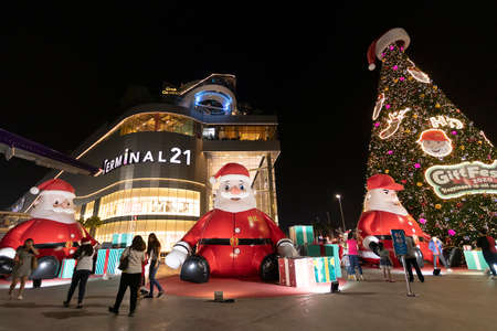 PATTAYA, THAILAND - DECEMBER 25, 2019: people enjoy for seasons greeting in front of Terminal 21 shopping center with big Santa Claus doll and Christmas tree in Pattaya, Thailand on DECEMBER 25, 2019 Stockfoto - 136698773