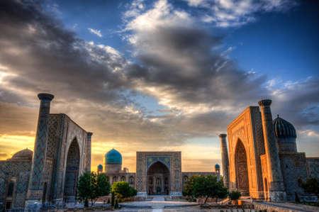 レギスタンはウズベキスタン、ヨーロッパに中国からシルクロードの主要な停止の 1 つのサマルカンドの古代都市の中心部 写真素材