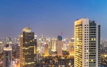 ジャカルタのビジネス地区、インドネシア首都の夜、スディルマン通り沿いの見事な景色は。プラザ ・ インドネシア周辺には、多くの銀行本社と高