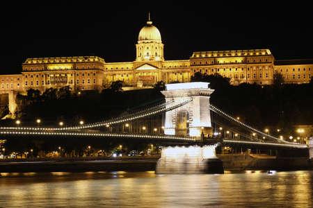buda: Ch�teau de Buda et le pont de la cha�ne dans la nuit avec le Danube