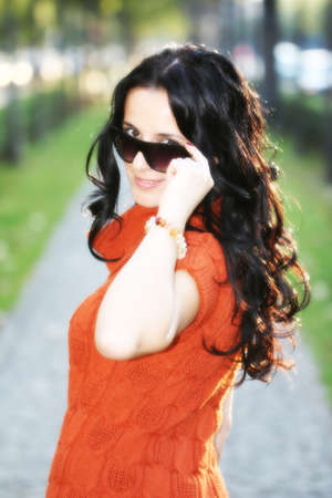 černé vlasy: Krásná Mladá černé vlasy Girl Outdoor