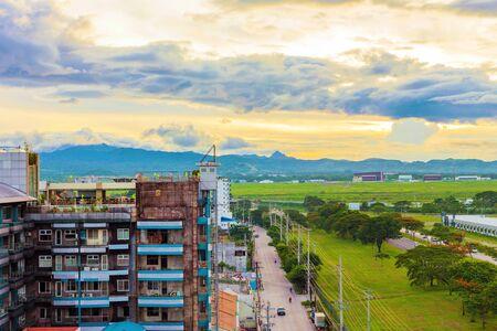 필리핀에서 일몰 동안 앤젤레스 도시의 풍경 스톡 콘텐츠