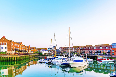 portsmouth: Residential area with boats and buildings at the seafront