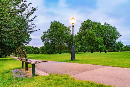 Bank en straatlicht 's avonds in het park Primrose Hill