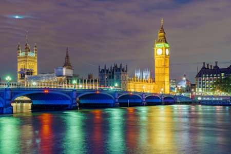 Nigh view of River Thames and the Houses of Parliament Standard-Bild