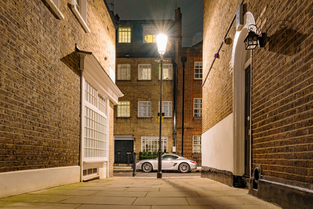 Side street at night in London Imagens