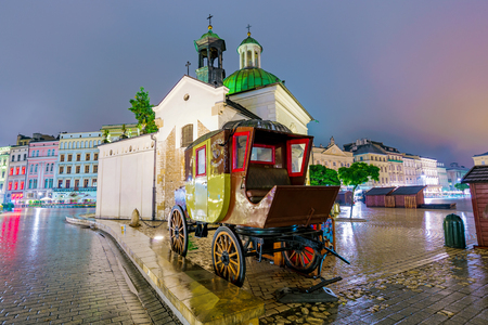 stare miasto: KRAKOW, POLAND - OCTOBER 04: Old town architecture and market square area at night time on October 04, 2016 in Krakow