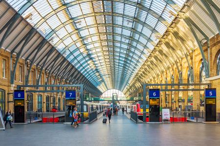 런던, 영국 - 10 월 31 일 :이 기차는 런던에서 2016년 10월 31일에 탑승하는 승객을 기다리는 킹스 크로스 세인트 판크라스 역 플랫폼입니다
