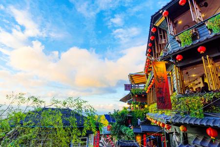타이 페이, 대만 -12 월 19 일 : 많은 사람들이 대만에서 2016 년 12 월 19 일 타이베이에서 여행하는 Jiufen teahouses의 오래 된 아키텍처입니다 에디토리얼